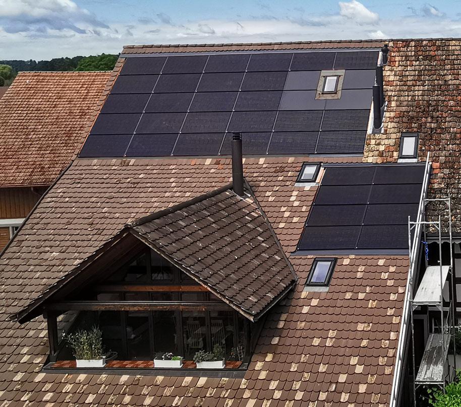Aufdachanlage 10.37 kWp in der kantonalen Schutzzone. Module: 34 Stk. Arres 2.0 Premium SLT mono (305 Wp), Optimizer: 34 Stk. SolarEdge P300-5R M4M RS (MC4) Wechselrichter: 1 Stk. SolarEdge SE10K-RW0TEBNN4-SetApp, installierte Leistung DC: 10.370 kWp, installierte Leistung AC: 10.000 kW, Modulanordnung Südostdach, 34 Module (1 String),Ausrichtung/Neigung: Süd: 139°, Neigung: 47° / 31°, Erwarteter Ertrag AC: 10'043 kWh pro Jahr.Realisiert 2020