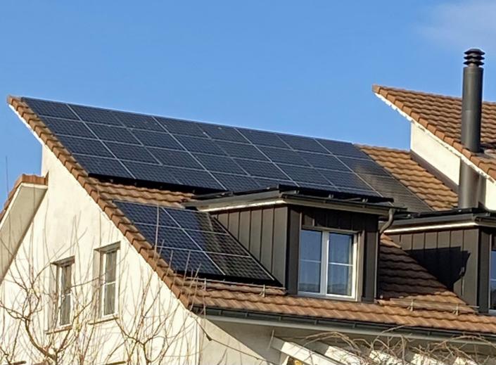 Aufdachanlage, 33 Module à 340 W montiert auf Hauptdach, zwei Gauben und dem Nebengebäude. Total 11.22 kWp. Jahresertrag ca. 10'900 kWh. Batterie mit 11,5 kWh.
